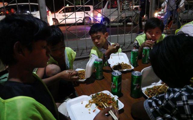 最近は、支援者から「食事の足しに」と寄付が寄せられることもある。この日は近くの屋台で買った焼きそばが夕食だった=2019年2月、ミャンマー・ヤンゴン
