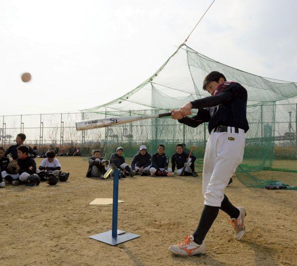 大阪市港区の町工場が共同開発した、新しいティー打撃用器具。球を打つと、先端の樹脂部分が前に倒れる=大阪市、伊藤弘毅撮影