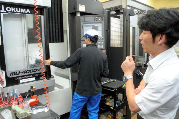 成光精密は、高満洋徳社長(右)が磨いた金属加工技術が売りだ=大阪市港区