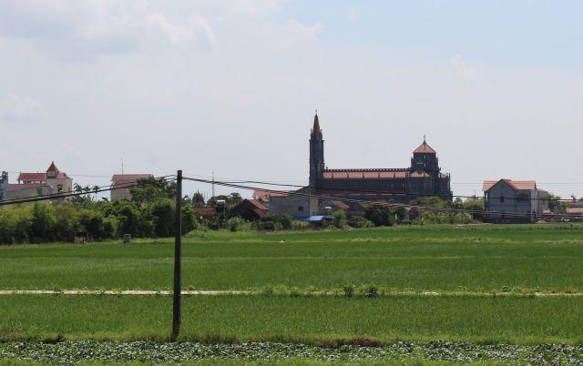 田畑が広がるベトナム北部のナムディン省