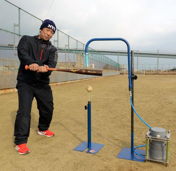 町工場発の野球練習用具を発案した、弓場直樹さん=大阪市