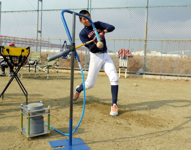 大阪市港区の町工場が共同開発した、ポンプの空気圧で球をノズルに吸着させるティー打撃用具=大阪市