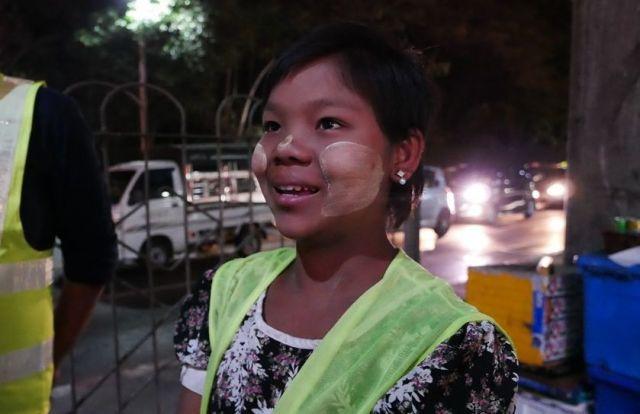 スースーウィンさんは、「できれば学校に通いたい」と話す。ただ、家族が生きていくためには花売りの仕事はやめることができないという=2019年2月、ミャンマー・ヤンゴン