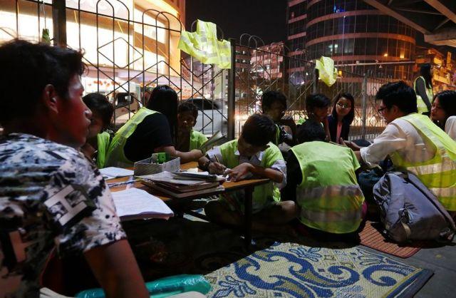 「高架下学校」のあるレイダン交差点は、ミャンマー最大都市ヤンゴンの中でもショッピングセンターなどの店が集まる地域で、夜になってもにぎわっている=2019年2月