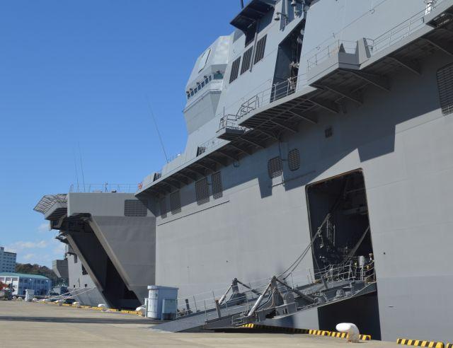 護衛艦いずも右舷中央の車両用ハッチ。左奥で舷外に突き出ているのは第二昇降機=3月13日、横須賀港