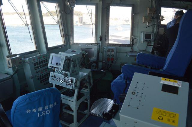 護衛艦いずもの航空管制室。右の一段高い席に「飛行長」、左の席に発着艦管制官が座る=3月13日、横須賀港