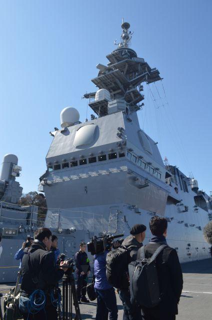 護衛艦いずもの甲板上にある構造物。艦橋などの中枢機能がある=3月13日、横須賀港