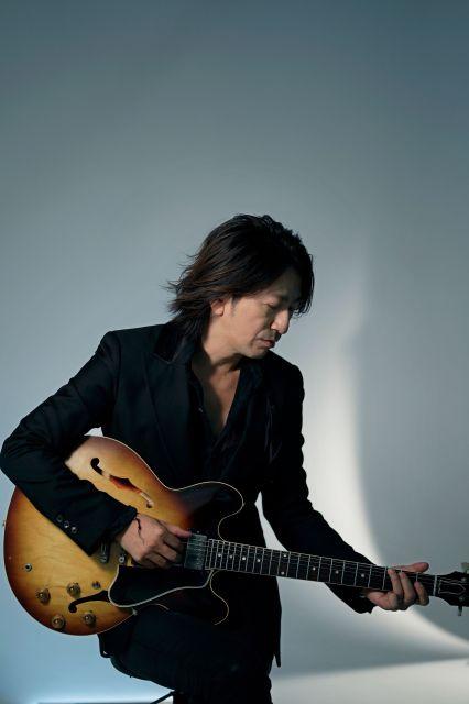 「GLAY」のTAKUROさん。新作にはビンテージの貴重なギターを使っている=村上健撮影