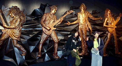 函館「シエスタ」開業4階のコミュニティプラザに飾られたロックバンド「GLAY」のレリーフ=函館市本町