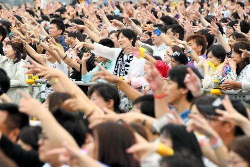 手を振って声援を送る観客ら=2018年8月25日午後、北海道函館市