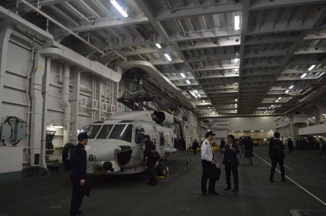 護衛艦いずもの格納庫=3月13日、横須賀港