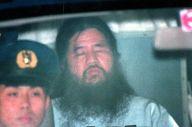 東京地裁での拘留尋問を終え、警視庁に戻るオウム真理教の松本智津夫(麻原彰晃)元死刑囚=1995年6月16日