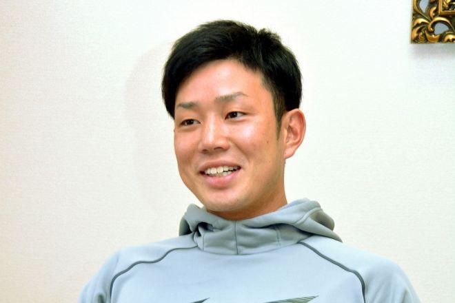 インタビューに答える糸原健斗選手=2019年1月21日、兵庫県西宮市の虎風荘