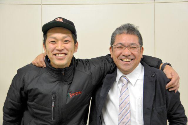糸原選手のいとこの春木良太さん(左)と開星高野球部の村本克部長=2018年12月13日、松江市の開星高校