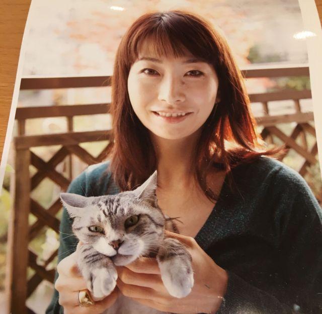 浦野芳子さんとネコの「そら」
