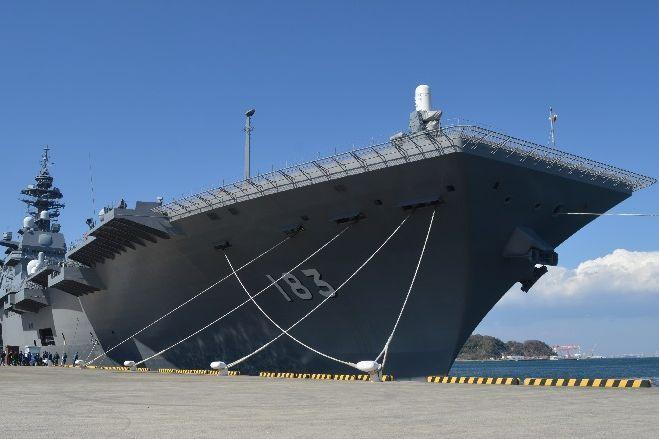 神奈川県の横須賀港に停泊中の護衛艦いずも=3月13日