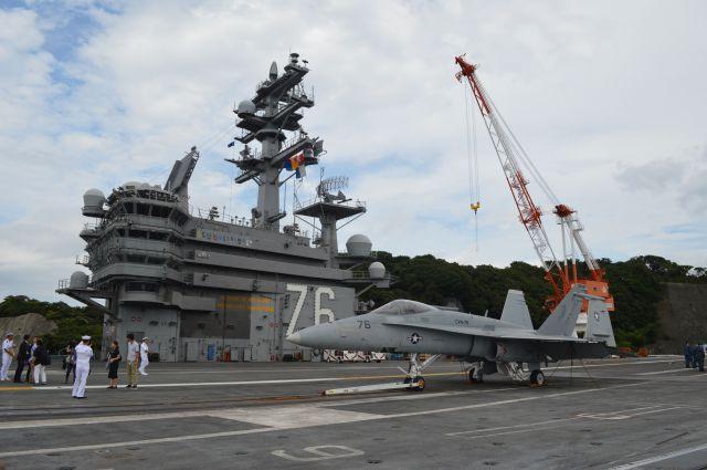 以前に取材で乗った米海軍原子力空母ロナルド・レーガン。甲板の手前には艦載機のFA18戦闘機=2016年8月、横須賀港