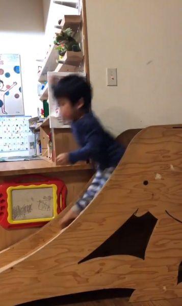 画期的な日めくりカレンダーのやぶき方を映した動画の一場面