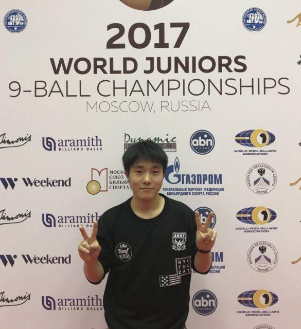 高校2年生の時に出場した世界大会の会場で撮った記念写真=ロシア・モスクワ、本人提供