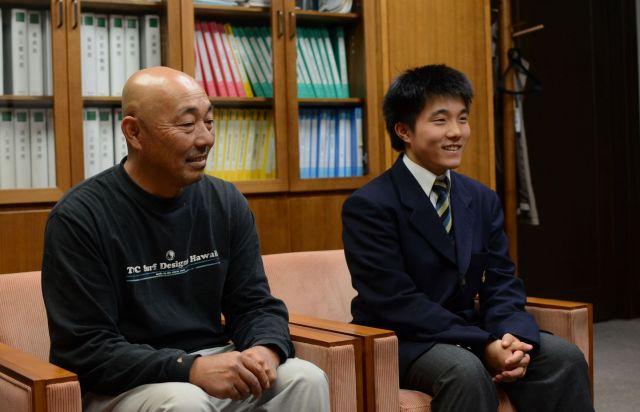 世界大会を前に市役所を訪れた制服姿の杉山さんと父・秀一さん=2018年10月、岐阜県高山市
