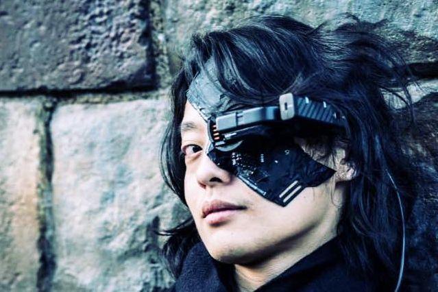 「サイボーグマスク」を着用するロボット研究者の吉藤オリィさん。