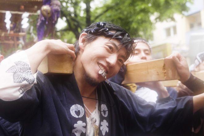 神輿を担ぐ宮田宣也さん