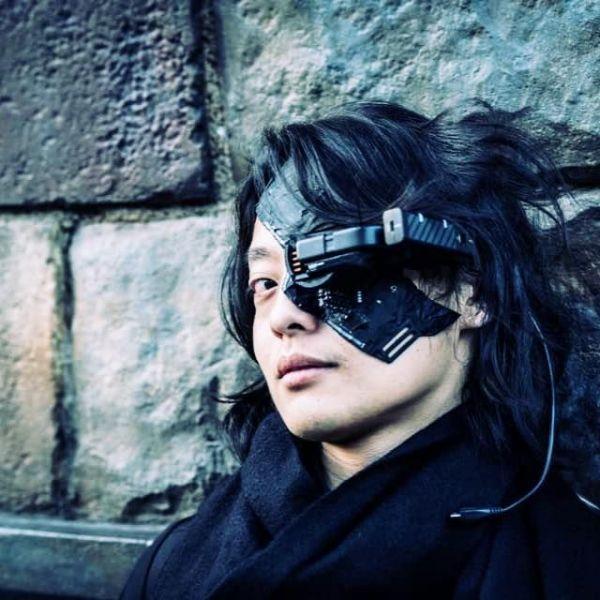 サイボーグマスクを着用した吉藤オリィさん