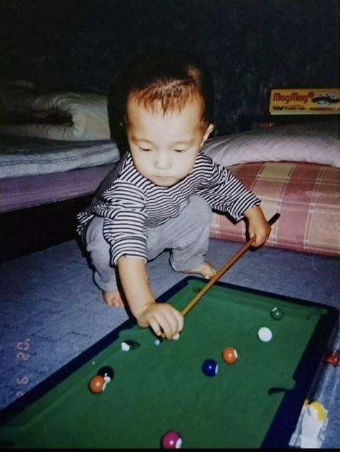 1歳ごろの杉山さん。すでにビリヤードのおもちゃで遊んでいる=本人提供