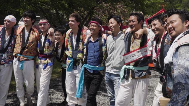 ベルリンの移民祭で神輿を担いだ仲間たち。左から2番目が宮田さん