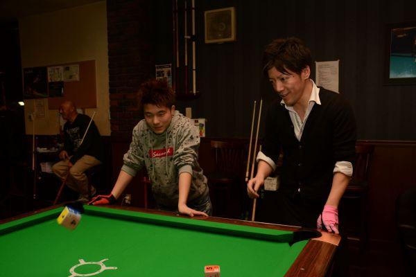 常連客で「兄ちゃん」と慕う丸山さん(右)とゲームを楽しむ杉山さん=岐阜県高山市