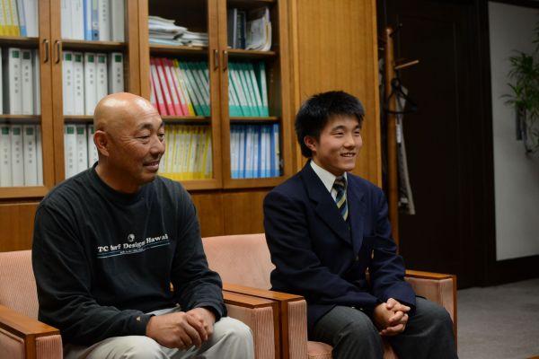 世界大会を前に市役所を訪れた杉山功起さんと父・秀一さん(右)=岐阜県高山市