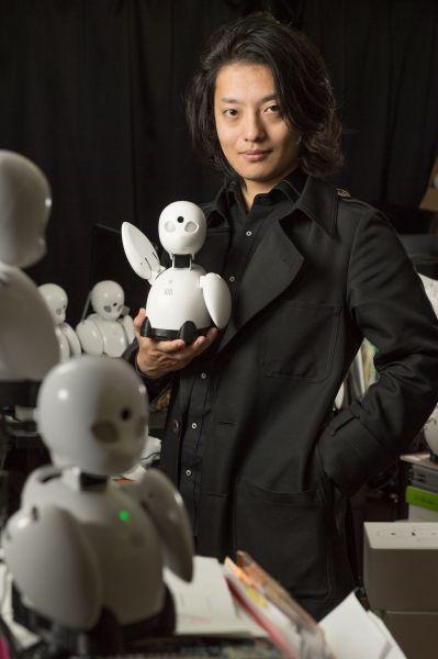 分身ロボット「オリヒメ」を手にする吉藤オリィさん