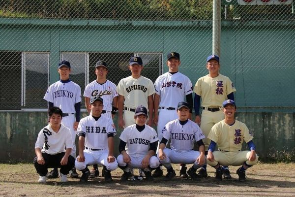 昨秋、杉山さんの同期たちが一堂に会して、野球をした際の記念写真。高校野球の強豪校のユニフォームで写る選手とともに、私服姿の杉山さん(前列一番左)=岐阜県高山市、飛驒高山ボーイズ提供