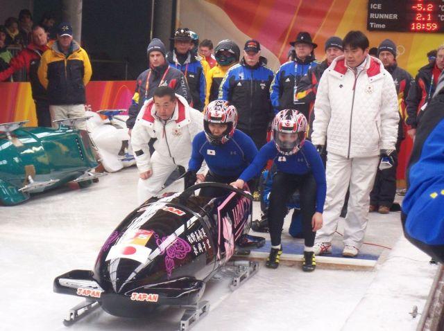 2006年トリノ五輪でレースに臨む長岡さん(左)=長岡さん提供