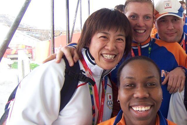トリノ五輪にて、外国人選手たちと=長岡さん提供