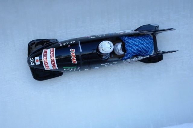 レース中、後ろに座る「ブレーカー」は、前方の「パイロット」の操縦に身を任せる=長岡さん提供