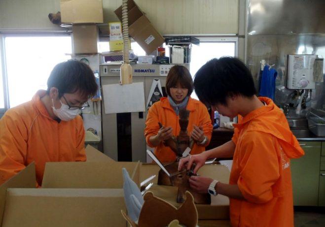 「カピバラの落とし物」の箱を組み立てる水族館職員たち