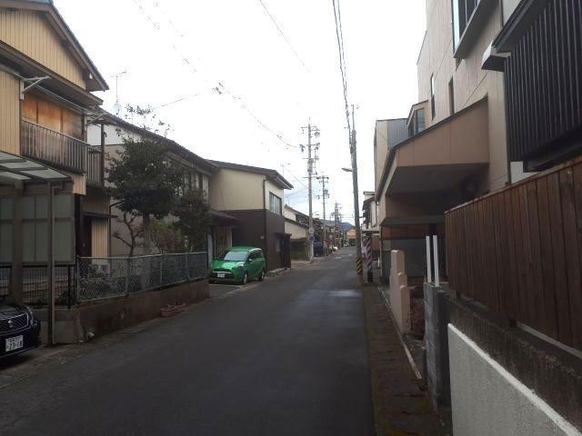 鷺山の街並み。住民に道をたずねると「バス停から一本入って、隣に倉庫があるから、そこを右に曲がって……」と、丁寧に説明してくれました=2018年