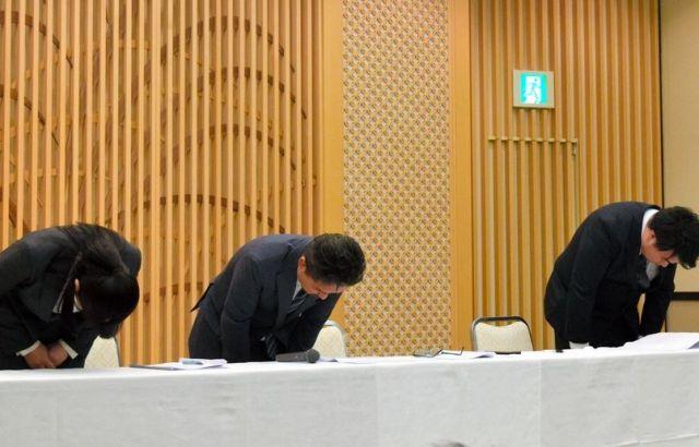 記者会見で謝罪する松村匠・AKS取締役(中央)ら==2019年3月22日、新潟市中央区
