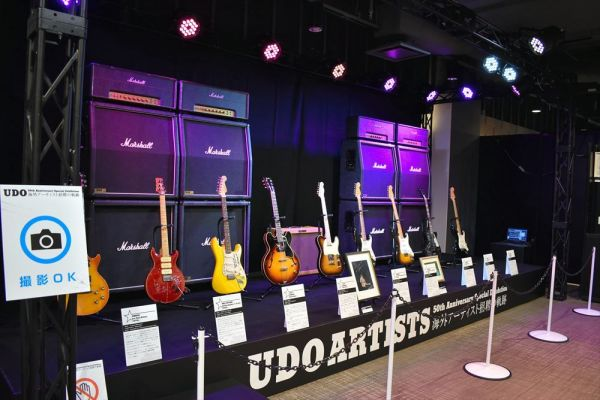 スーパースターたちのギターが並ぶ=2019年3月7日、東京・有楽町