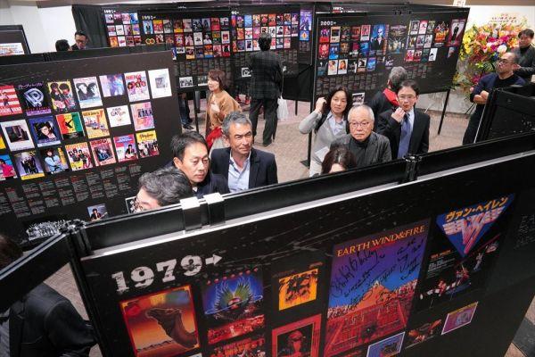 内覧会で各時代の雰囲気を楽しむ来場者たち=2019年3月7日午後、東京・有楽町、鬼室黎撮影