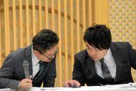 会見中、山口真帆さんのツイッターへの投稿内容を確認する松村匠・AKS取締役(左)と岡田剛・NGT48劇場副支配人=2019年3月22日、新潟市中央区