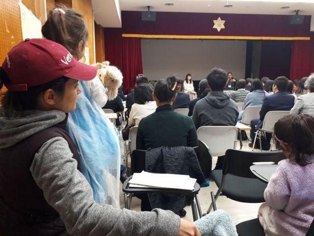 「外国につながる高校生のための進路ガイダンス」の参加者ら=2019年3月17日、東京都千代田区