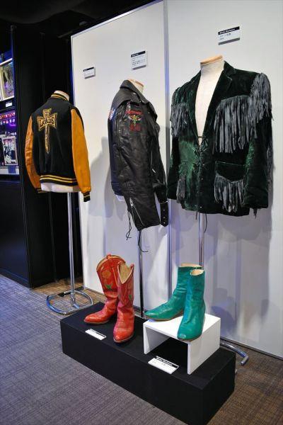 「ウドー50周年展海外アーティスト招聘の軌跡」で展示のステージ衣装=2019年3月7日、東京・有楽町