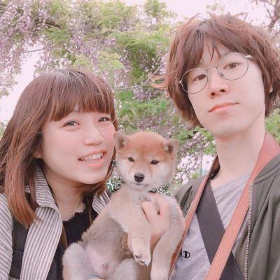 大脇貴志さん(右)と大脇希美さん(左)。中央が幼い頃のりんご郎