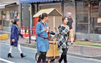 まちけん「モバイル屋台de健康カフェ」の様子。医者や看護師など医療従事者が小さな屋台をひいて街を歩き、コーヒーやお茶をふるまいながら、気軽に健康の話をするという活動