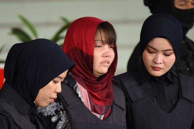 涙を浮かべながら裁判所から出るフォン(中央)=乗京真知撮影