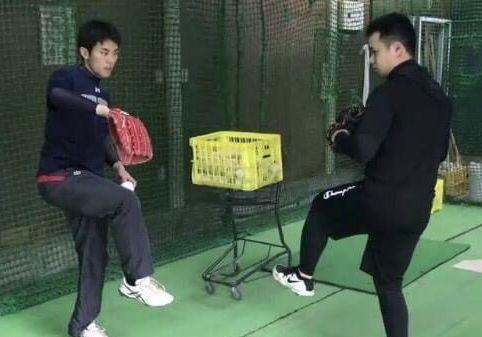 投げ方を助言する谷口さん(左)