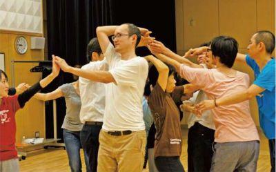 「まちけんマインドフルネス」の様子。ヨガや瞑想、コンタクト・インプロ(即興ダンス)といった活動を通して、マインドフルな姿勢や態度を養う会です