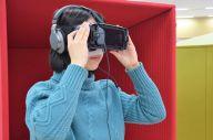 VR体験をするスタッフ